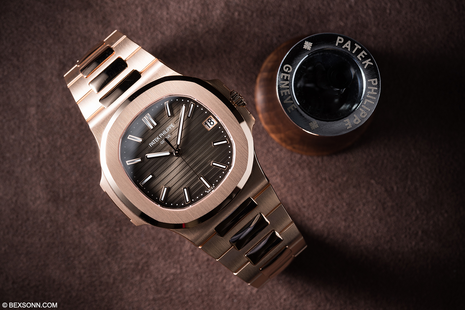 A hands on look at the new rose gold patek philippe nautilus reference 5711r bexsonn for Patek philippe nautilus